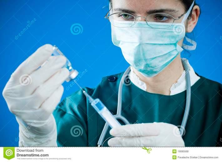 médecin-avec-la-seringue-et-la-médecine-19085568