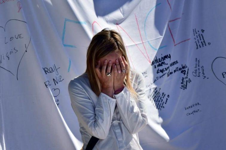894301-une-femme-pleure-devant-un-memorial-improvise-dedie-aux-victimes-le-16-juillet-2016-a-nice-1